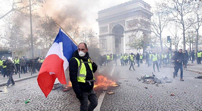 FRANSA'DA SARI YELEKLER, CUMHURBAŞKANI EMMANUEL MACRON YÖNETİMİNİN POLİTİKALARINI PROTESTO ETMEK İÇİN YENİDEN SOKAKTAYDI
