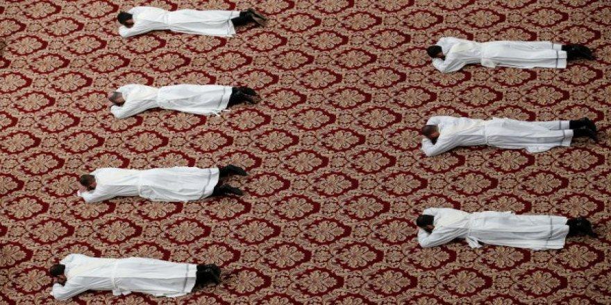 Dünya Şaşkın! Papa'nın Huzurunda İlginç Görüntüler