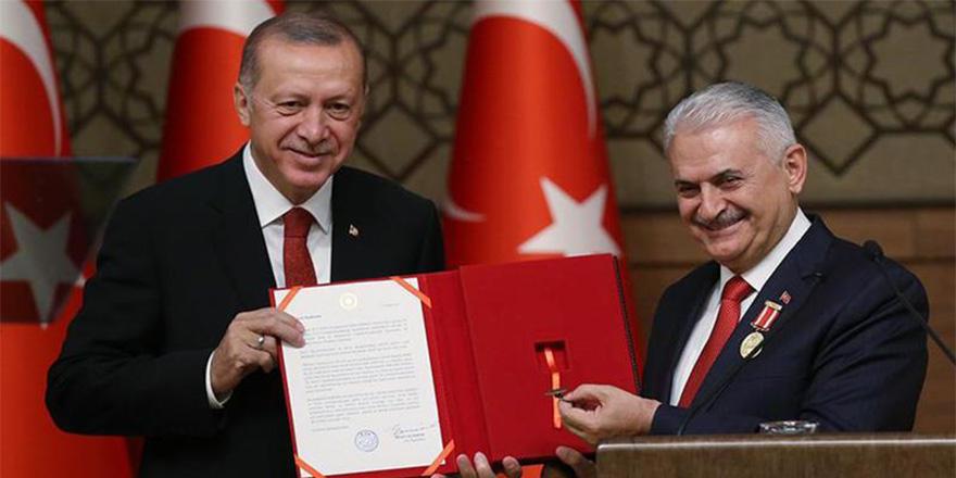 """Erdoğan, Yıldırım'a Devlet Şeref madalyası taktı: """"Bazıları gibi yoldan çıkmadı"""""""