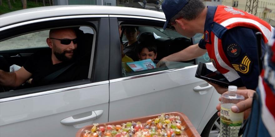 Mehmetçik'ten Bayramda 'Şekerli' Trafik Uygulaması