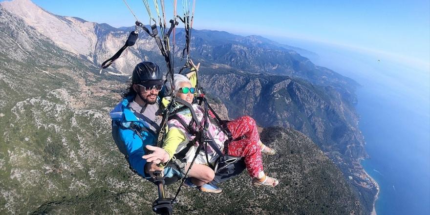 75'lik Çinli Kadının Yamaç Paraşütü Heyecanı