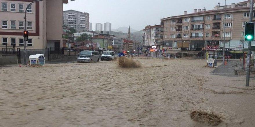 30 Dereceye Kadar Çıkan Hava Sıcaklığı Sonrasında Ankara'da Sağanak Yağış Etkili Oldu