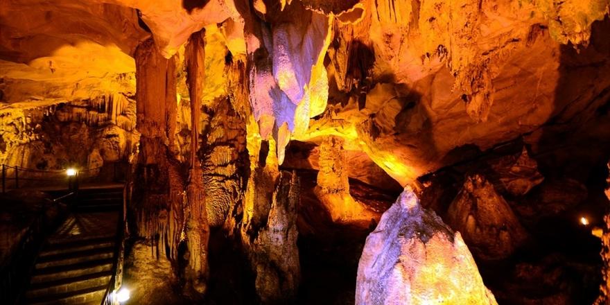Yarasalı Mağarada Buruk Bir Aşk Öyküsü Gizli