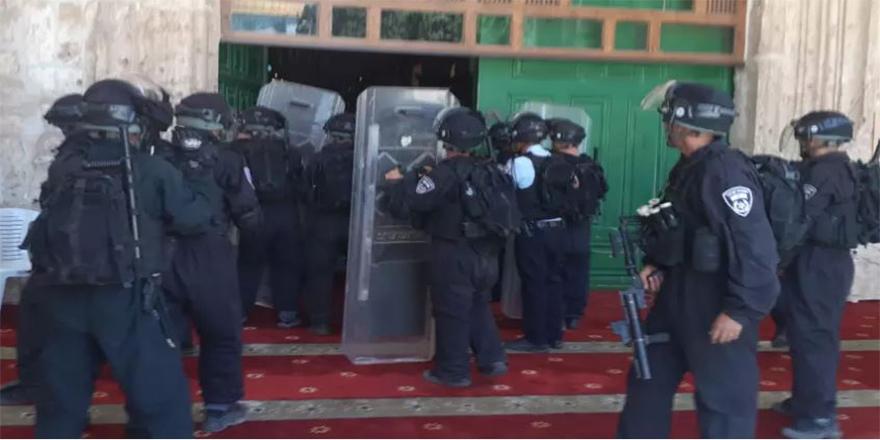İsrail polisi Mescid'i Aksa'daki cemaate saldırdı