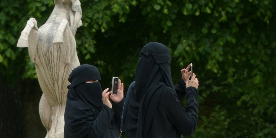 Hollanda'da 'Burka Arkadaşlığı' Eylemi
