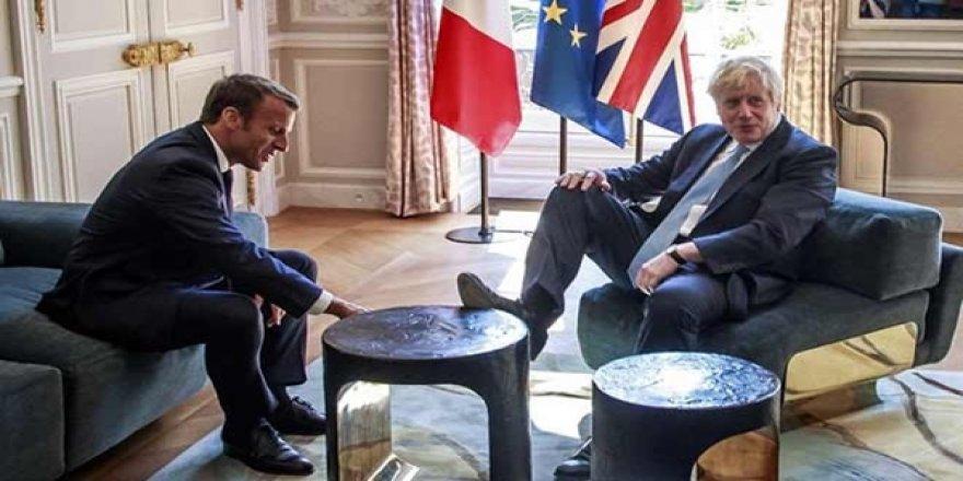 İngiltere'nin Yeni Başbakanı Johnson, Macron'un Karşısında Ayağını Uzattı