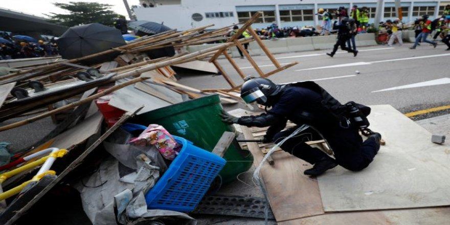 Hong Kong'da sokaklar savaş alanı
