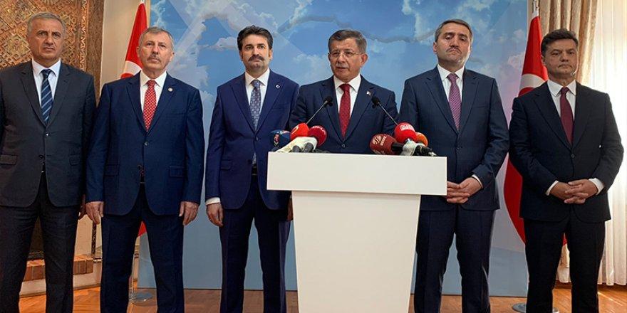 AK Parti'den İhracı İstenen Davutoğlu İstifa Etti