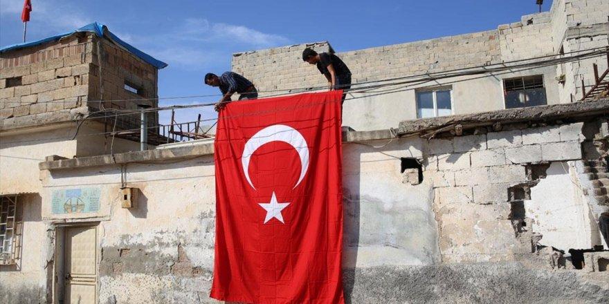 Saldırıda Hasar Gören Evine Türk Bayrağı Asma Talebini, AA Ekipleri Yerine Getirdi