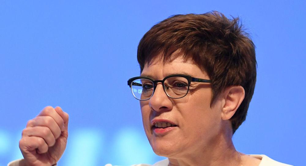 Almanya Savunma Bakanı, ülkesinin yeni güvenlik politikalarını tartışmaya açtı