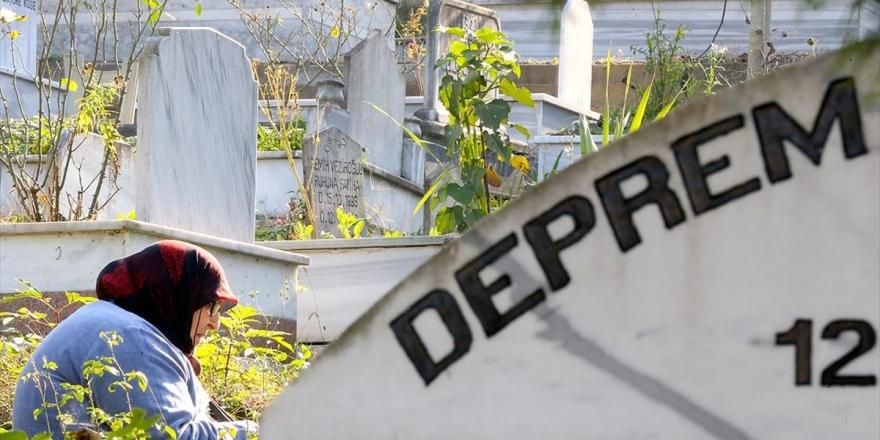 Düzce'deki Depremde Hayatını Kaybedenler Mezarları Başında Anıldı