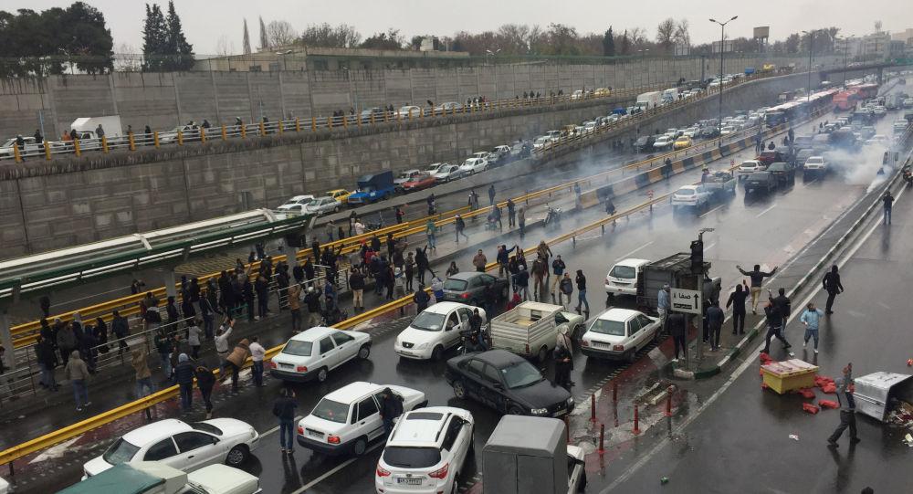 İran'da zam protestoları: Şiraz'da benzin istasyonları ateşe verildi