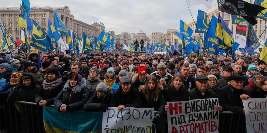 Ukrayna'daki Protestolarda Zelenskiy'e 'Kırmızı Çizgi' Hatırlatması
