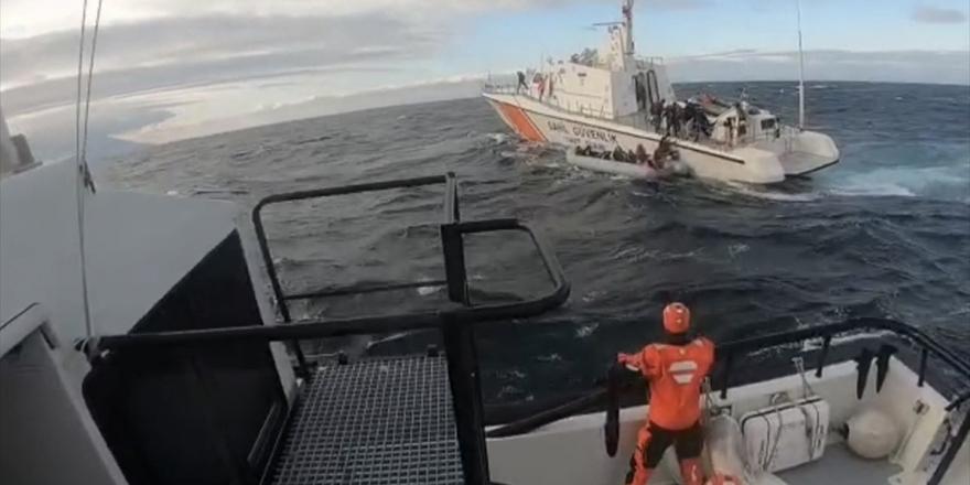 Sahil Güvenlik 22 Düzensiz Göçmeni Botları Batmadan Kurtardı