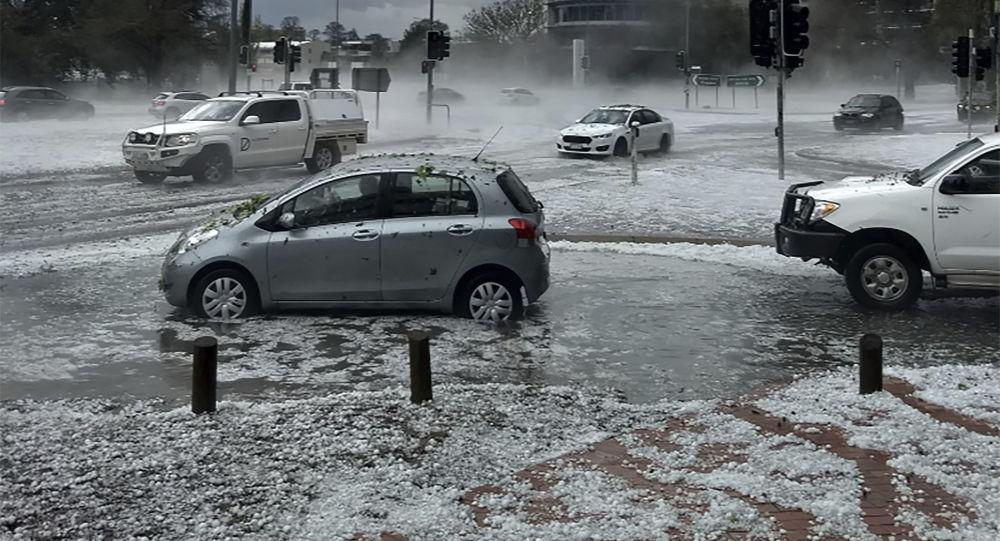 Yangınlardan nefes alamayan Avustralya'yı bu kez de kum fırtınası, dolu ve ani sel vurdu