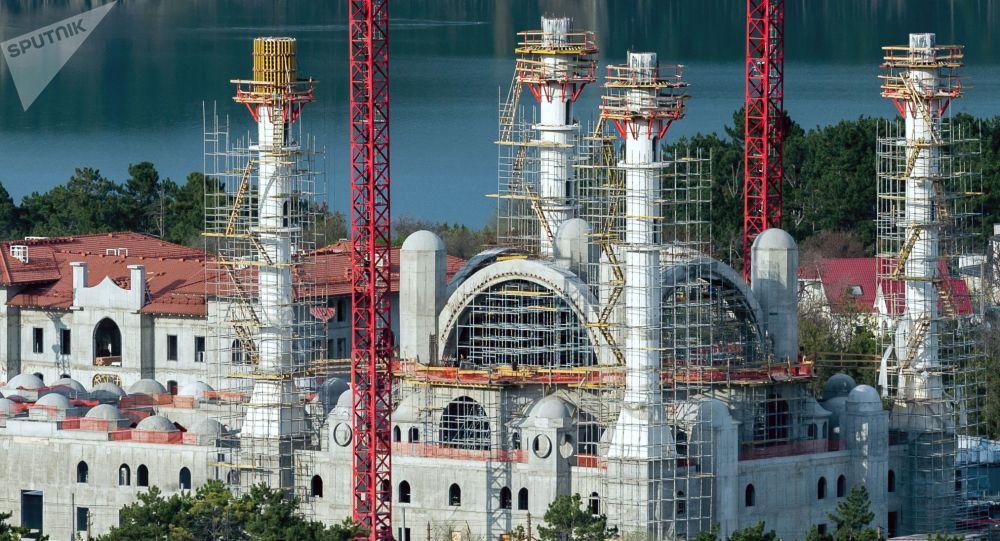 Kırım'da inşası süren Cuma Camisi'nin iç süslemelerini Türk ustalar yapacak