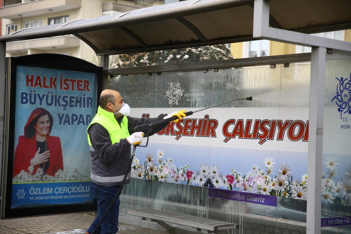 Aydın Büyükşehir Belediyesi durakları ve yolları dezenfekte ediyor