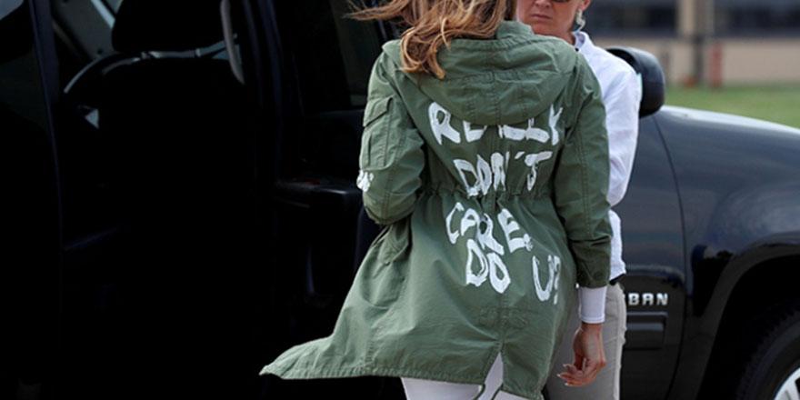 Melania Trump'ın ceketinde ilginç yazı