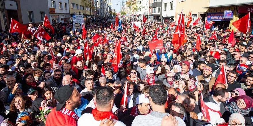 Erdoğan karşıtları ve taraftarları Köln'de toplandı