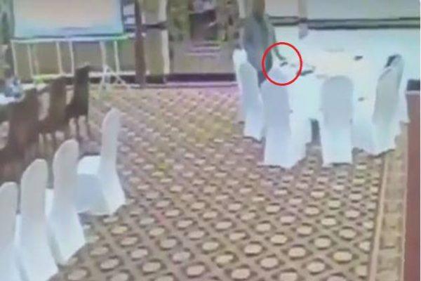 Pakistan Yüksek Memuru, Kuveyt Delegesinin Cüzdanını Çaldı