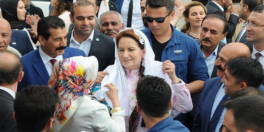 İYİ Partililer, Akşener'in kapısında toplandı