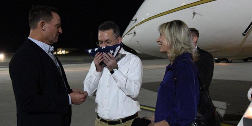 Brunson uçaktan iner inmez ABD bayrağını öptü