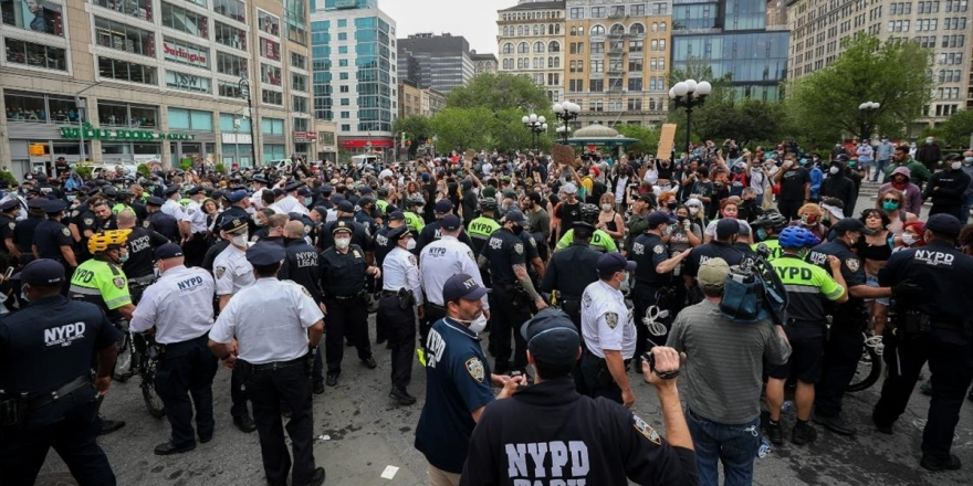 ABD' deki Siyahi George Floyd'un Ölümü New York'ta Protesto Edildi