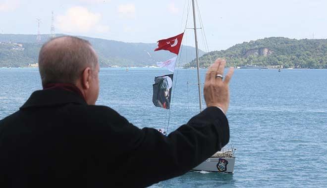 Erdoğan, İstanbul'un Fethi'nin 567. yılı kutlamaları dolayısıyla Boğaz'dan geçen tekneleri selamladı