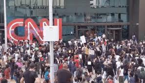 ABD iç savaşa doğru... Göstericiler CNN binasına saldırdı!