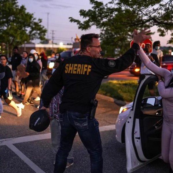 ABD'deki protestolarda iki polisten farklı hareketler