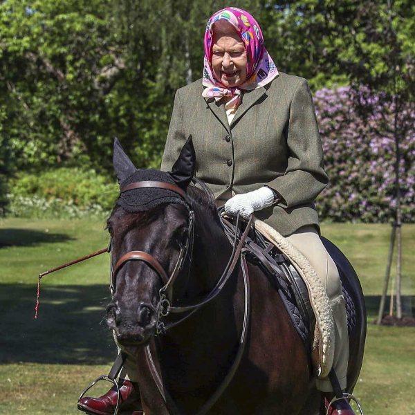 Kraliçe Elizabeth, 72 gün sonra ilk kez görüntülendi