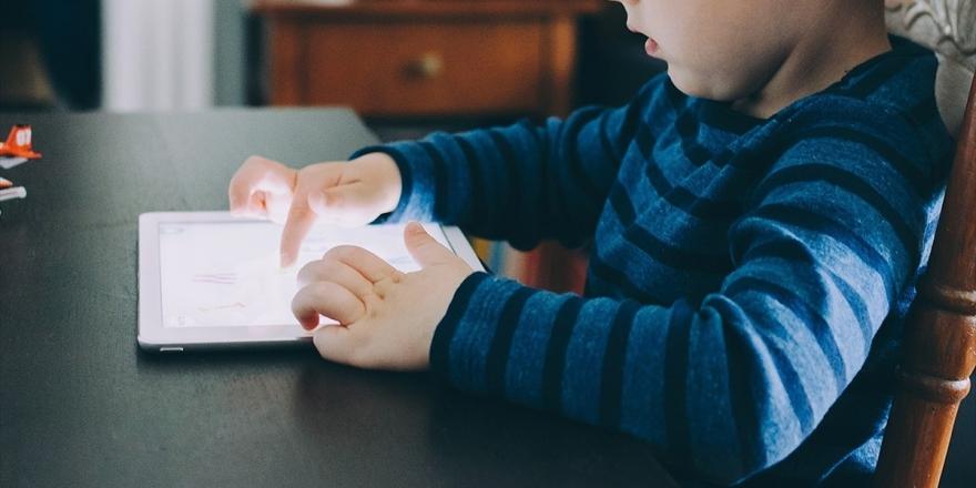 Anne Ve Babalara Sosyal Medyada Çocuk İstismarı Uyarısı