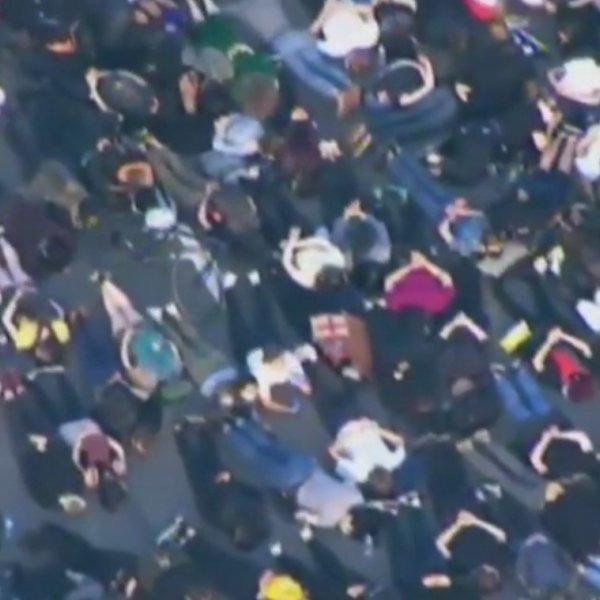 ABD'de protestocular Burnside Köprüsü'nde uzandı