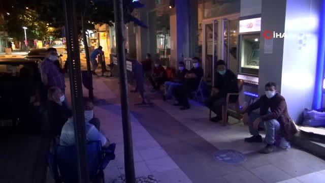 Ev sahibi olabilmek için 2 gün öncesinden sıraya girdiler: Geceyi banka önünde geçirecekler