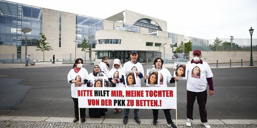 Almanya'da Kızı PKK Tarafından Kaçırılan Anneden Başbakanlık Önünde Pankartlı Eylem
