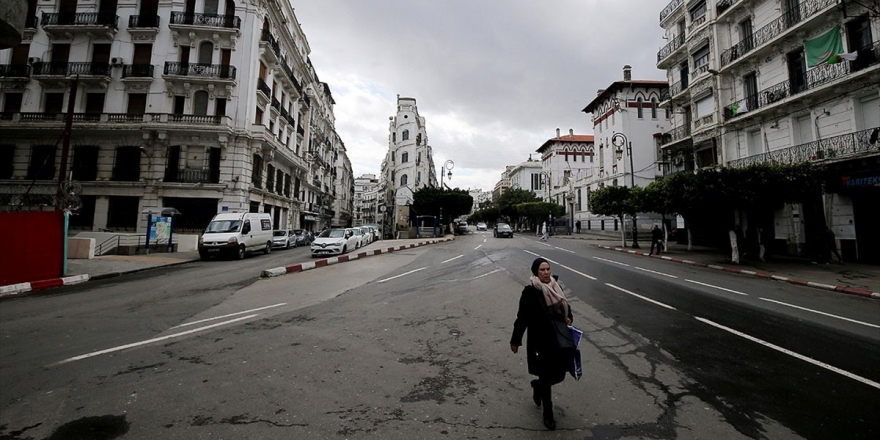Cezayirli Uzmanlar: Fransız Medyası Demokratik Sürecin Önünü Kesmeye Çalışıyor