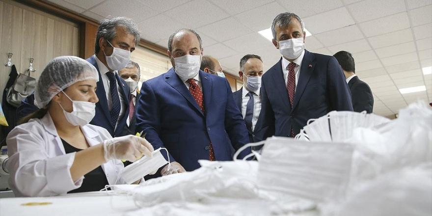 Bakan Varank, Kırıkkale'deki Maske Üretim Tesisini Ziyaret Etti
