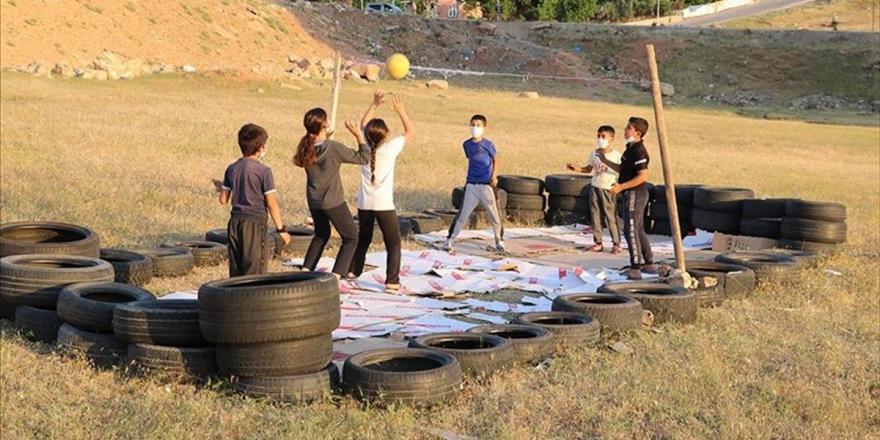 Bakan Kasapoğlu'ndan Lastiklerden Yaptıkları Sahada Voleybol Oynayan Siirtli Çocuklara Tesis Müjdesi