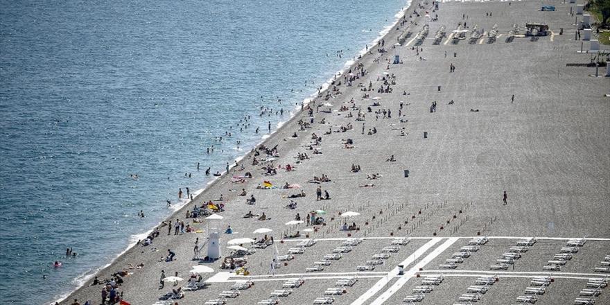 Dünyaca Ünlü Konyaaltı Sahilinde Yoğunluk