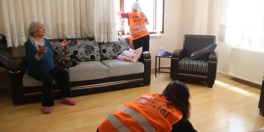 Tunceli'de 'Vefa'lı Eller Yaşlı Vatandaşların Evlerini Temizliyor