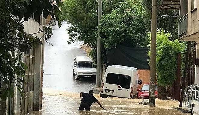 İzmir'i sel aldı, dereler taştı