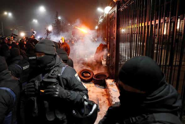 UKRAYNA'DA SOKAKLAR KARIŞTI, PROŞENKO YÖNETİMİ 60 GÜNLÜK SIKIYÖNETİME HAZIRLANIYOR