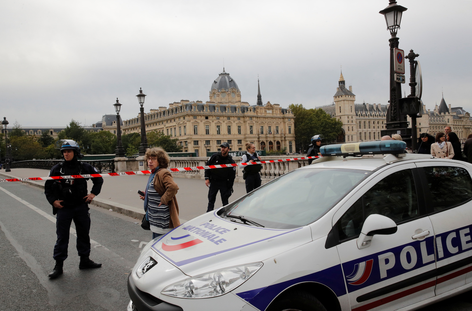 Paris'te bıçaklı saldırı...