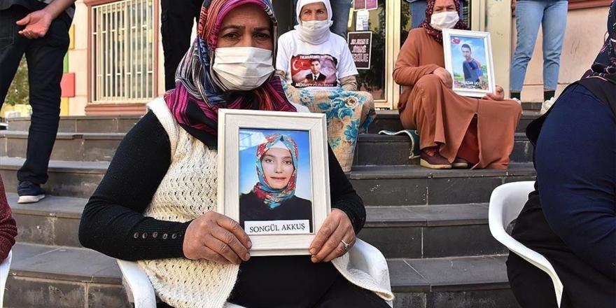 Diyarbakır Annelerinden Akkuş: Gel, Güvenlik Güçlerine Teslim Ol Kızım. Orası Senin Yerin Değil