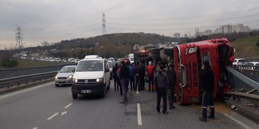 İstanbul'da Kontrolden çıkan tır devrildi!