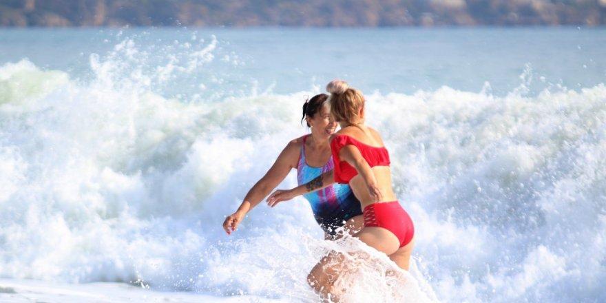 Kısıtlamadan Muaf Olan Turistler Antalya'da Denizin Keyfini Çıkardı