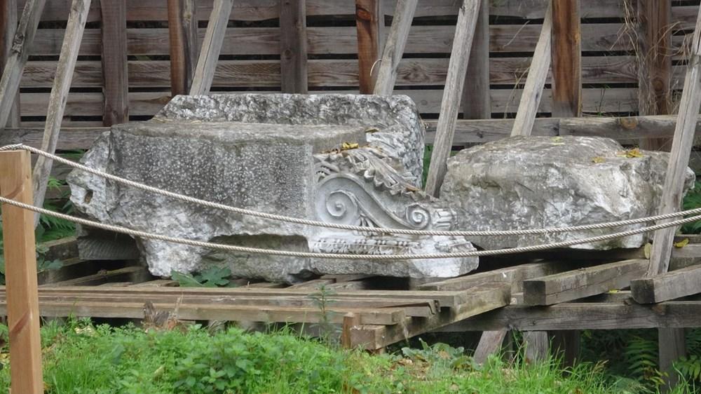 Bina yıkıldı, tarihi eserler ortada kaldı