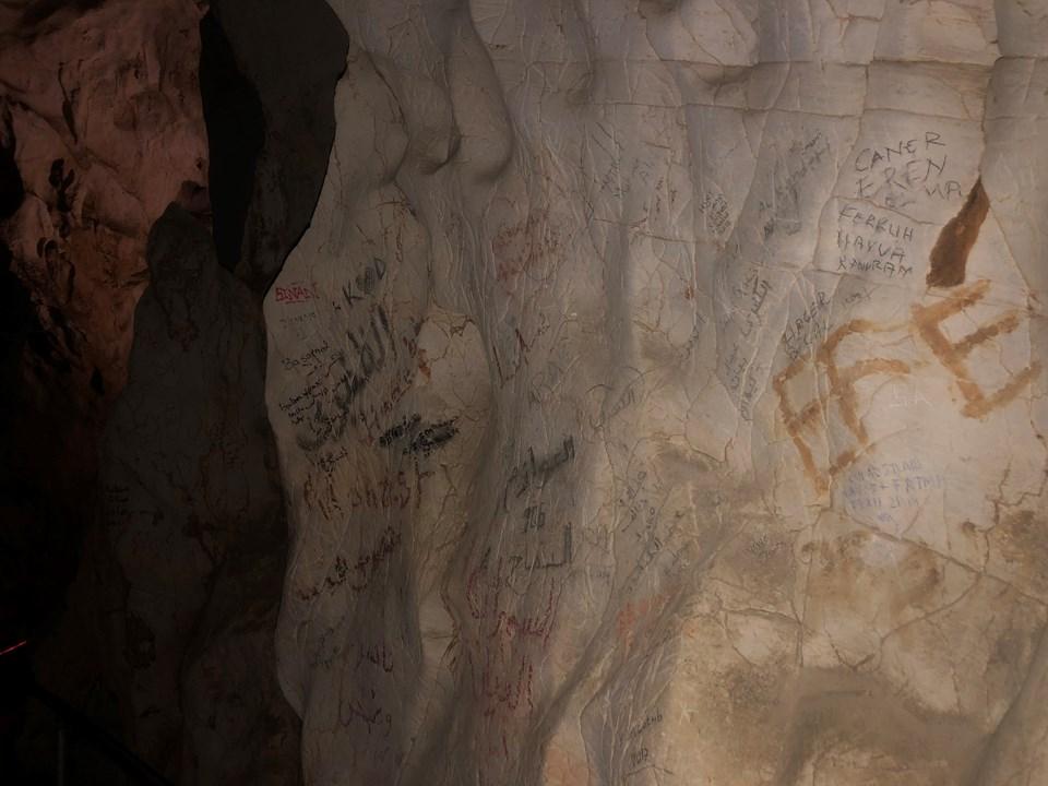 3 bin yıllık mağaranın duvarlarını yazı tahtasına çevirdiler