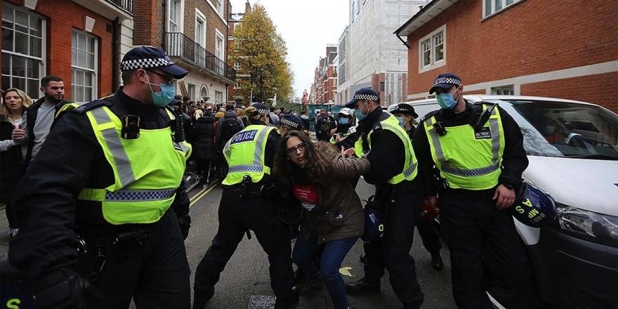 İngiltere'deki Kovid-19 Önlemleri Karşıtı Gösteride En Az 150 Kişi Gözaltına Alındı