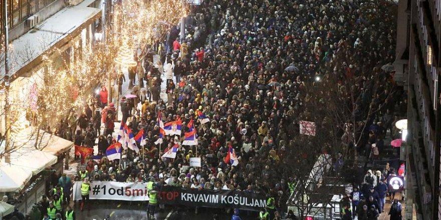 İki ülkede binlerce kişi sokağa çıktı